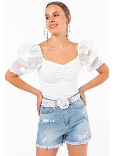 Emjey Çiçek Aksesuarlı Yarım Organze Kol Kare Yaka Bluz Beyaz